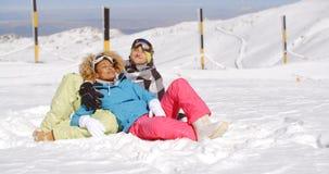 Hartelijk jong paar die van de verse sneeuw genieten stock afbeeldingen