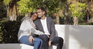 Hartelijk jong paar die van een stil praatje genieten stock videobeelden