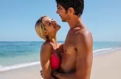 Hartelijk jong paar op het strand royalty-vrije stock foto's