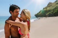 Hartelijk jong paar op het strand royalty-vrije stock afbeeldingen