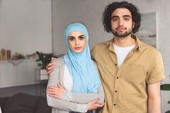 hartelijk moslimpaar die camera bekijken stock foto