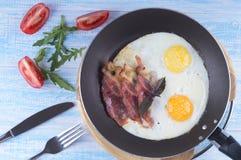 Hartelijk ontbijt Gebraden ei met bacon en tomaten op houten royalty-vrije stock foto's