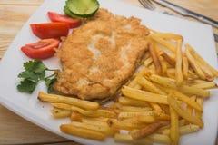 Hartelijk ontbijt met gekookte aardappels en kippenkarbonade royalty-vrije stock afbeelding