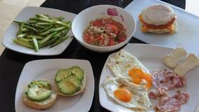 Hartelijk ontbijt op glastablet stock foto