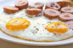 Hartelijk ontbijt van eieren, worst stock foto