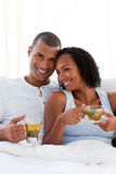 Hartelijk paar dat een kop thee drinkt Royalty-vrije Stock Foto