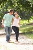 Hartelijk Paar dat in Platteland Togethe loopt stock afbeelding