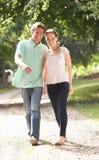 Hartelijk Paar dat in Platteland Togethe loopt stock afbeeldingen