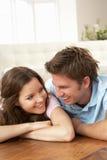 Hartelijk Paar dat thuis samen ontspant royalty-vrije stock fotografie