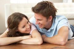 Hartelijk Paar dat thuis samen ontspant royalty-vrije stock foto