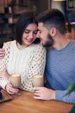 Hartelijk paar die elkaar bij koffie bekijken royalty-vrije stock afbeelding