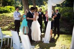 Hartelijk paar die elkaar in park kussen stock fotografie