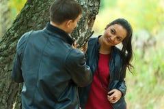 Hartelijk paar die gang in de herfstpark nemen royalty-vrije stock foto