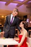 Hartelijk paar in een restaurant Stock Fotografie