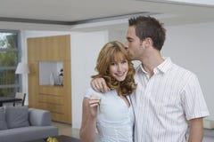 Hartelijk Paar met Sleutel in Nieuw Huis royalty-vrije stock afbeelding