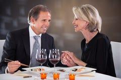 Hartelijk paar in restaurant royalty-vrije stock foto's