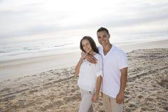 Hartelijk Spaans paar dat zich op strand bevindt royalty-vrije stock afbeelding