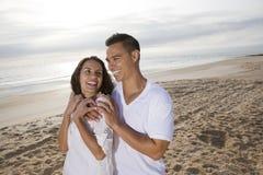 Hartelijk Spaans paar dat zich op strand bevindt stock fotografie