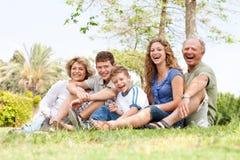 Hartelijke familie die pret heeft in openlucht Stock Foto