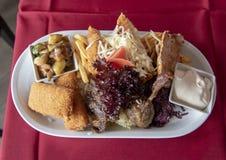 Hartelijke lunchplaat in een Hongaars Restaurant stock afbeelding