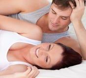 Hartelijke mens die zijn zwangere vrouw bekijkt Stock Afbeelding