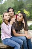 Hartelijke moeder en twee dochters het glimlachen stock foto