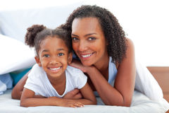 Hartelijke vrouw en haar dochter het ontspannen Royalty-vrije Stock Foto's