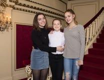 Hartelijke zusters met grote glimlachen na koorprestaties Royalty-vrije Stock Fotografie