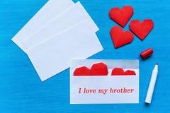 Harten in een envelop Ik houd van mijn broer Stock Afbeeldingen
