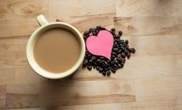 Harten en koffie samen stock afbeeldingen