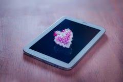 Harten met tabletcomputer, Valentijnskaartendag, uitstekende kleur Royalty-vrije Stock Foto