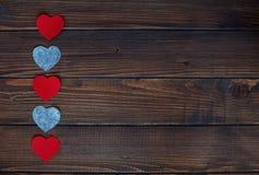 Harten op een houten achtergrond Stock Foto