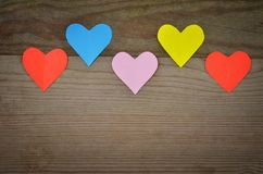 Harten op Houten Textuur De achtergrond van de valentijnskaartendag Stock Afbeeldingen