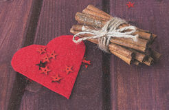 Harten, pijpjes kaneel met sneeuwvaleffect Royalty-vrije Stock Foto's