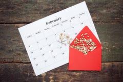 Harten in rode envelop op kalender Stock Foto