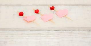 Harten voor liefde op de raad Stock Foto's