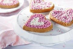 Hartenbeschuit met roze en witte anijsplantballen stock foto