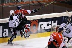 Harter Hockeyhit stockfotos