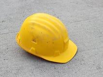 Harter Hut auf Beton Stockfotografie