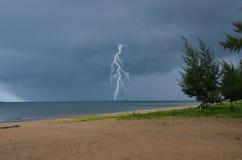 Harter Regen und gefährlicher Blitz im Meer Lizenzfreies Stockbild