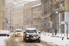 Harter Verkehr während des Winter-Schnee-Sturms in im Stadtzentrum gelegener Bukarest-Stadt Lizenzfreies Stockfoto