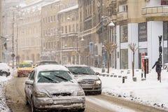 Harter Verkehr während des Winter-Schnee-Sturms in im Stadtzentrum gelegener Bukarest-Stadt Stockbilder