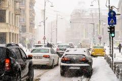 Harter Verkehr während des Winter-Schnee-Sturms in im Stadtzentrum gelegener Bukarest-Stadt Lizenzfreies Stockbild
