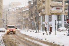 Harter Verkehr während des Winter-Schnee-Sturms in im Stadtzentrum gelegener Bukarest-Stadt Lizenzfreie Stockfotografie