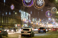 Harter Verkehr während des Winter-Schnee-Sturms in im Stadtzentrum gelegener Bukarest-Stadt Lizenzfreie Stockfotos