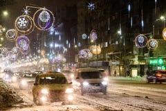 Harter Verkehr während des Winter-Schnee-Sturms in im Stadtzentrum gelegener Bukarest-Stadt Stockfotos