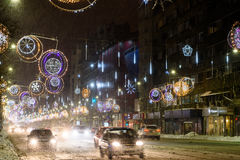 Harter Verkehr während des Winter-Schnee-Sturms in im Stadtzentrum gelegener Bukarest-Stadt Stockfotografie