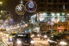 Harter Verkehr während des Winter-Schnee-Sturms in im Stadtzentrum gelegener Bukarest-Stadt Stockbild