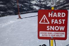 Hartes schnelles Schnee-Zeichen Stockfotografie