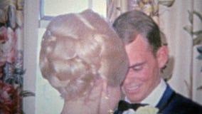 HARTFORD, CONN 1968: De zenuwachtige mens gaat op middelbare school prom datum stock videobeelden
